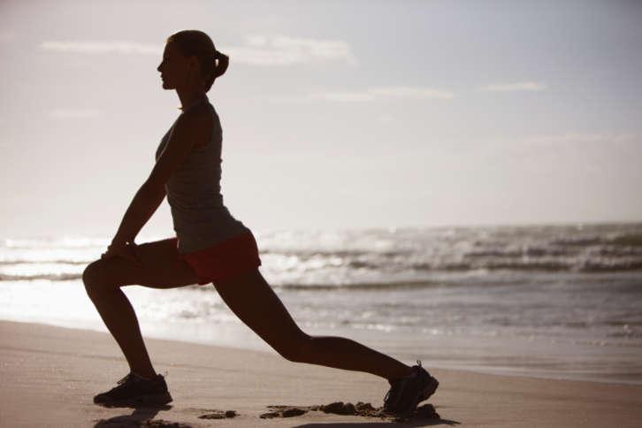 """夏天到了,不少人喜欢运动健身,并提高运动量。其不知,体育锻炼虽好,可有时候一旦运动过量,或者一个动作姿势不对,往往会对身体造成伤害。近日,30岁的小周参加打篮球运动时,一个简单的跳跃投篮动作,竟把膝盖处的韧带给弄断了,还要手术治疗。  昨天,记者从市区一些医院获悉,类似于小周这样的""""运动伤员""""还不少,其中以膝关节""""最受伤""""。  -运动受伤 一次跳跃动作弄断韧带  30岁的小周,平时酷爱运动,一有空就会去打篮球。夏天到了,小周经常享受着篮球运动带来的大汗淋漓的快感。7月11日晚,小周跟平时一样,和几个伙伴去打篮球。起初还好,后来运动越来越激烈。其间,小周一个起跳投篮,球进了,但他一落地,感觉膝盖处一阵剧烈的疼痛,当场坐倒在地。小周感觉膝盖有撕裂般的疼痛,之后,他被伙伴们送到了温州医科大学附属第二医院。  经检查,小周的膝关节前交叉韧带断了一根,半月板撕裂,需要手术治疗。  据接诊的该院关节外科副主任医师潘孝云介绍,小周伤得不轻,术后至少还需要休养3个月,造成韧带断裂主要是因为运动量过大,外加突然的运动加剧。  突然激烈运动患软骨炎  13岁的童童是一名小学生,中等个头,长得很结实,他很喜欢运动。刚结束的这一学期,童童开启了晨跑计划,每天早上晨跑1000米,坚持了两三个月。进入暑假后,他更是运动不断,除了跑步,还跟小伙伴去打篮球。近日,他突然觉得左侧膝盖关节下方有些疼痛,疼痛感持续了一周,尤其是跑步时,疼痛感还会加剧。  童童的妈妈有些不放心,带他去医院。温州市中西医结合医院骨科副主任医师王勇为童童做了检查,结果发现童童膝盖下方约2公分处的胫骨结节得了软骨炎,幸好不是很严重。王勇说,童童发病是因突然激烈运动,导致韧带过度被拉伸造成的。  一次足球射门膝盖损伤  19岁的阿克是名大学生,平时爱踢足球。夏天到了,他踢足球的次数也比以往有所增加,甚至一次踢下来就是三个小时。近日,他却因为踢足球出事了。  当时,阿克来了一个射门动作,一脚抬起,一个转身,猛力将足球射向球门。球没进,腿伤了。他感觉右膝盖一下阵痛,站立不住就倒在了地上。随后,他就被送往温州市中西医结合医院。经检查,他的右膝盖半月板受损,需要石膏固定治疗。  王勇说,因为阿克踢球时膝关节处于半曲屈状态,再加突然转身,这一下的暴力运动容易让膝盖受伤,所幸伤势还不算太严重。  -医院数据  """"运动伤员""""膝关节伤最多  王勇介绍,从6月底起,因运动受伤的患者开始增多。近一周,该院仅骨科就至少接诊了30例""""运动伤员""""。他说,其中有造成脚踝、手臂、手指、膝关节等处受伤,膝关节受伤最多,因运动时膝盖是非常重要的部位,经常要弯曲受力,比较容易受伤。另外,患者中以儿童和青年人为主,男性占多数,大多是打篮球、踢足球、长跑、打羽毛球导致的。  潘孝云说,1/3膝关节受伤是运动引起的。近一周,他也接诊了10多例运动受伤的病人,其中绝大多数是膝关节受伤。他说,膝关节受伤中,以半月板撕裂和胫骨结节受伤较多,这些主要是因反复运动积累导致,或是突然的剧烈运动导致的急性受伤。  -医生提醒  运动时要注意控制量和度  如何避免运动中受伤。王勇说,首先要做好热身,运动时要注意控制量和度,不要长时间高强度运动。如长跑不宜一下超过3公里。运动中,一旦发生下肢或上肢受伤,不要轻易移动或是运动,受伤严重要叫救护车立即送医。如果伤处有红肿,24小时内可以冰敷,如果发现伤处有明显畸形存在骨折可能,最好有专业人员先用木板等做好固定再送医。  此外,夏季突然加剧运动也会诱发一些心血管疾病。温州医科大学附属第二医院心外科主任医师杨美高说,如果有心血管疾病,夏季突然剧烈的运动可能会加重心脏负担,诱发心血管疾病。他说,夏季运动让人体大量产热,与此同时,人体又需要散热,所以气温过高不宜运动,不然不利人体散热,会加重人体机体的负担。他建议,太阳下山,气温有所下降的时候再进行运动。此外,人体运动排汗后,会丢失一些钙、纳等电解质,运动过后可以喝些盐水和水果,而不是单纯喝水;运动后不要马上洗冷水澡,因运动后人体毛孔都是张开的,突然洗冷水澡会让毛孔收缩,不利排汗,最好等半小时后再洗澡。"""