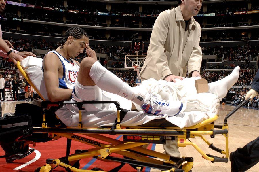 利文斯顿受伤之后被抬出场地
